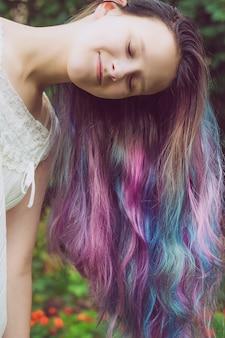 Meisje met mooi veelkleurig geverfd haar.