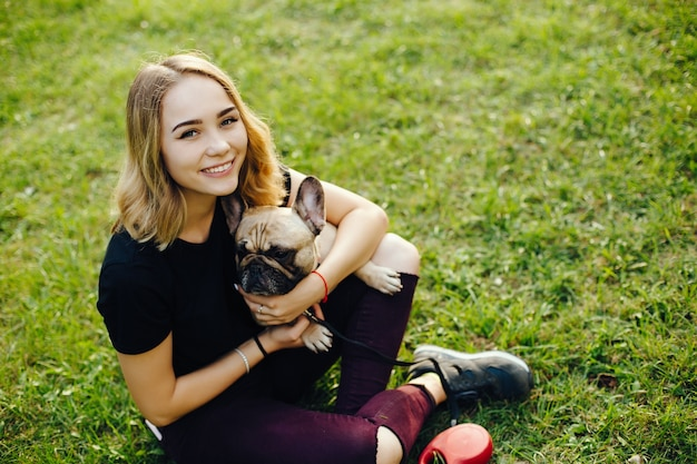 Meisje met mopshond