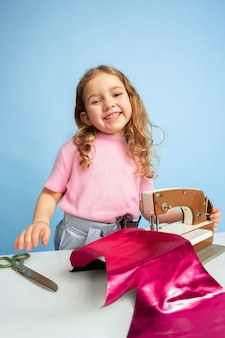 Meisje met naaimachine