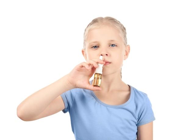 Meisje met neusdruppels op wit. allergie concept