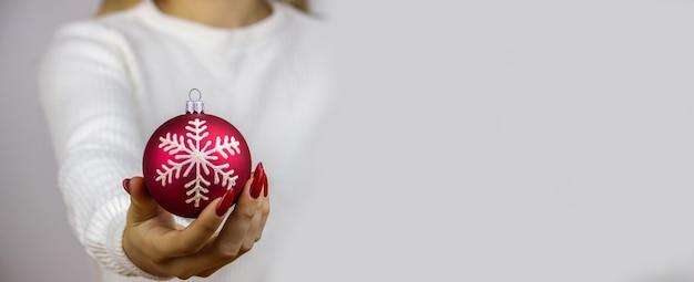 Meisje met nieuwjaarsspeelgoed, geschenken, horloges in haar handen. kerstconcept.