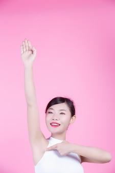 Meisje met opgeheven armen omhoog.