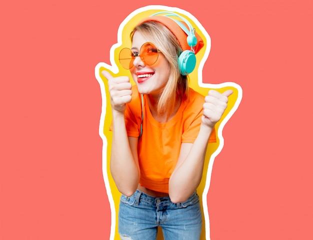 Meisje met paars haar met een koptelefoon