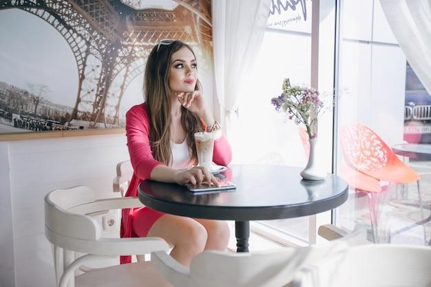 Meisje met peinzend gezicht zitten in een cafetaria