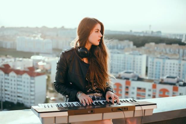 Meisje met piano