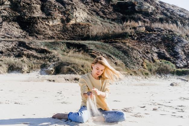 Meisje met plezier op het strand, oceaan, blauwe lucht.