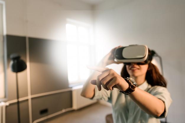 Meisje met plezier tijdens het gebruik van virtual reality headset