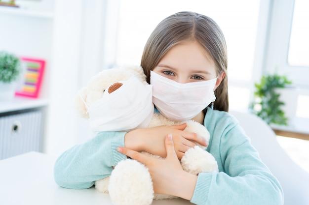 Meisje met pluche teddy dragen maskers