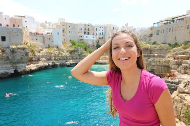 Meisje met polignano een merrielandschap, apulië, italië.