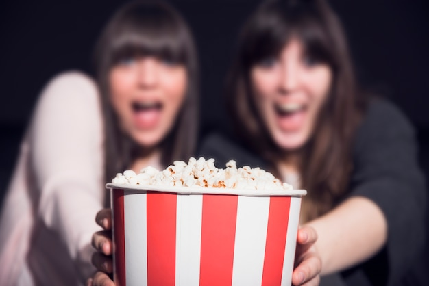 Meisje met popcorn in de bioscoop