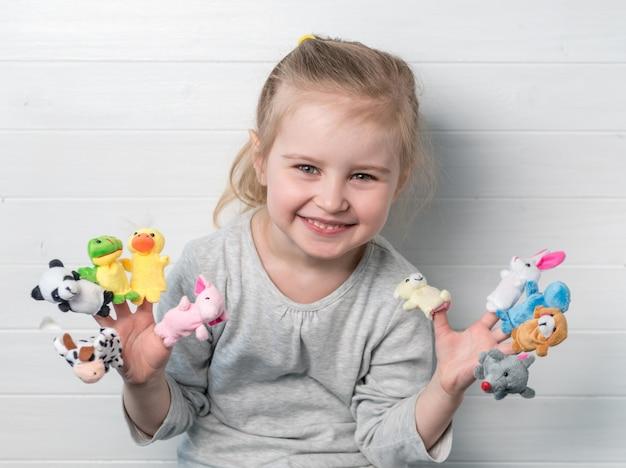 Meisje met poppenpoppen op haar handen
