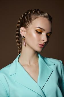 Meisje met prachtige oorbellen in haar oren, een schoonheidsportret van een vrouw met sieraden.
