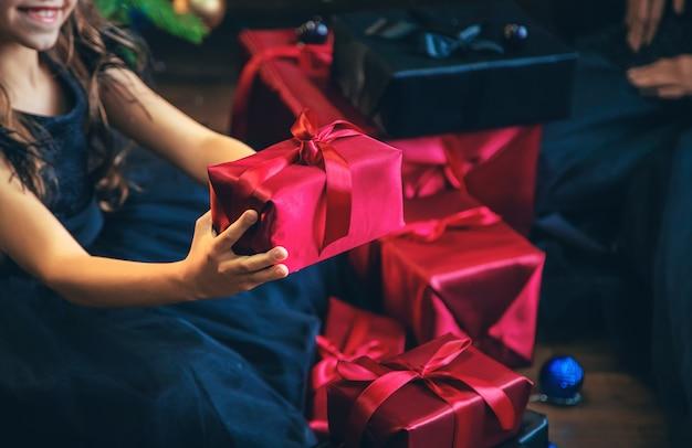 Meisje met presenteert op kerstnacht.