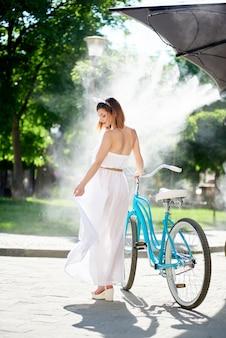Meisje met retro fiets