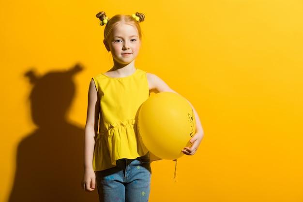 Meisje met rood haar op geel t