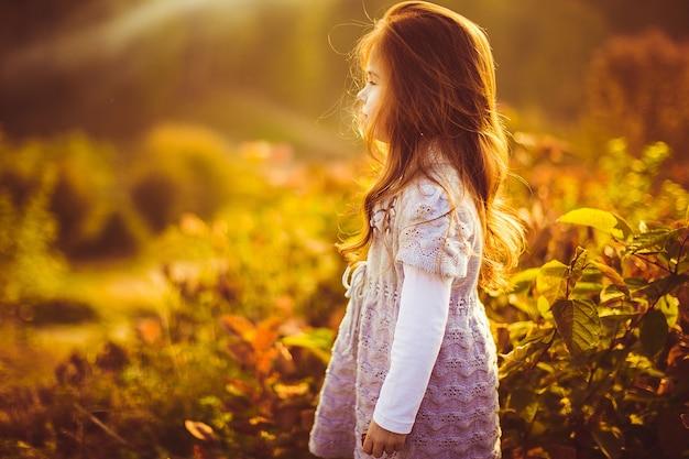 Meisje met rood haar staan op het veld