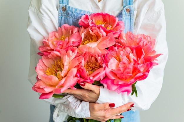 Meisje met roze pioenrozen, gelukkige verjaardag of valentijnsdag