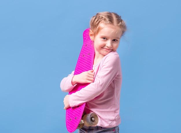 Meisje met roze skateboard