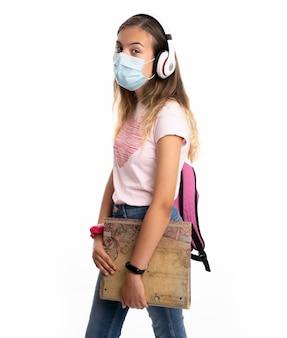 Meisje met rugzak, hoofdtelefoons en masker