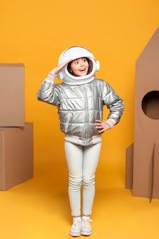 Meisje met ruimteschip kostuum