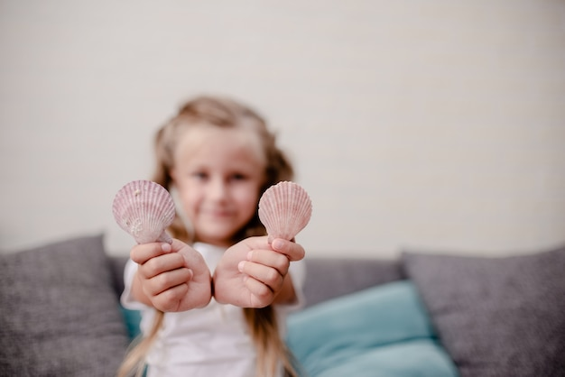 Meisje met schelpen en dromen over de zomer roeping.