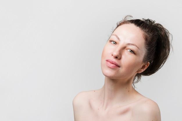 Meisje met schone huid poseren
