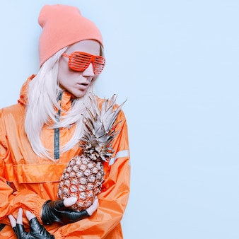 Meisje met sneeuw ananas mode oranje kleding feeststijl