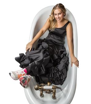 Meisje met spaanse flamencojurk en hardloopschoenen