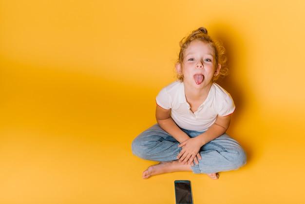 Meisje met speelse expressie
