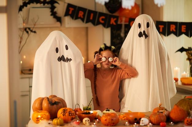 Meisje met spoken op halloween-feest