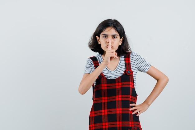 Meisje met stilte gebaar in t-shirt