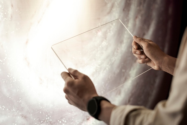 Meisje met transparante tablet in haar handen