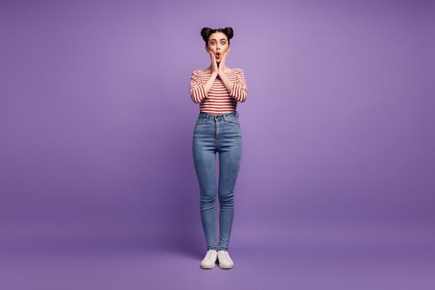 Meisje met trendy kapsel geïsoleerd op paars