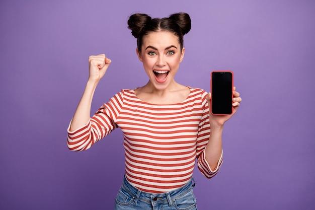 Meisje met trendy kapsel met telefoon