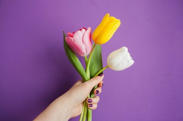 Meisje met tulpen in de hand