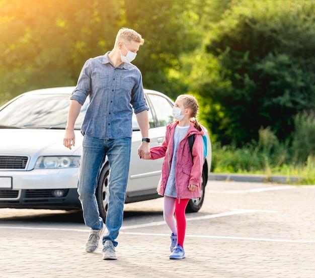 Meisje met vader die terug naar school gaat