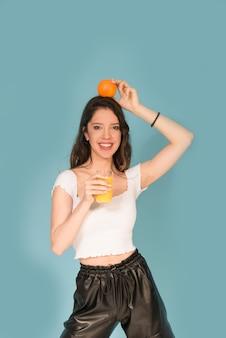 Meisje met vers sinaasappelsap