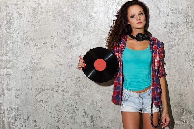 Meisje met vinyl en koptelefoon