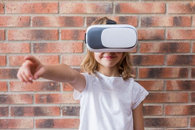 Meisje met virtuele werkelijkheidshoofdtelefoon. innovatietechnologie en onderwijsconcept