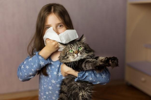 Meisje met weefsel en huisdier op achtergrond. concept van allergieën voor katten
