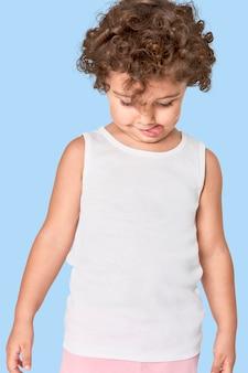 Meisje met wit mouwloos onderhemd