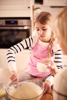 Meisje met zelfgemaakt gebak in de boeg