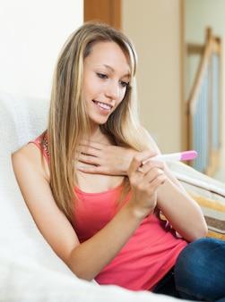 Meisje met zwangerschapstest