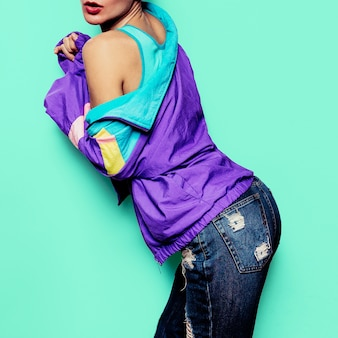 Meisje model grappige vintage retro kleding windbreaker stedelijke stijl rave