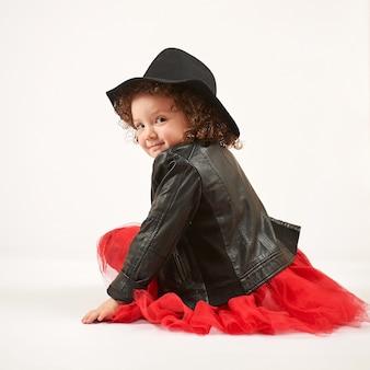 Meisje modemodel met zwarte hoed