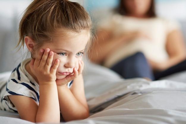 Meisje niet tevreden met haar nieuwe broer of zus