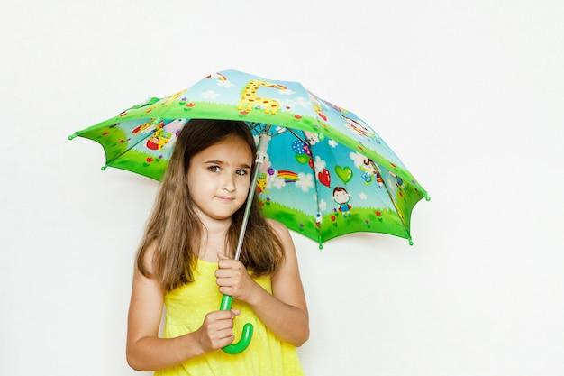 Meisje onder een paraplu, paraplu van de regen, lopen, jurk voor een wandeling, zomer, regenseizoen, lente en herfst, vreugde, familie