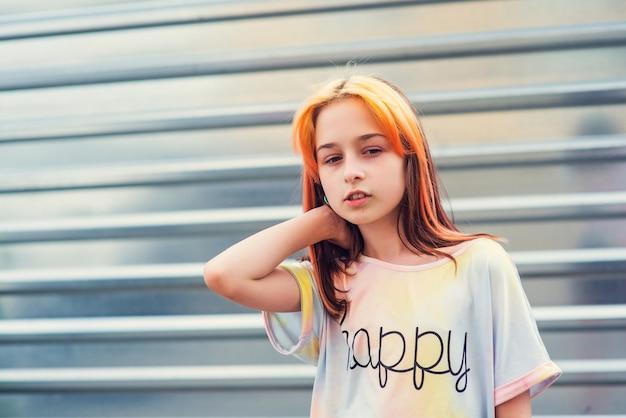 Meisje onderdanig portret. een kind overdag buiten bij daglicht.