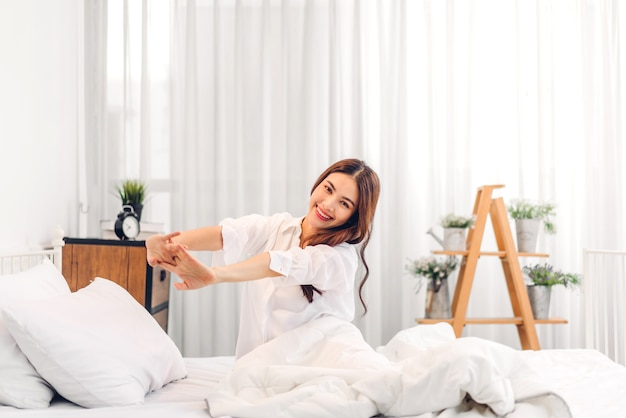 Meisje ontspannen en genieten van tijd op het bed thuis