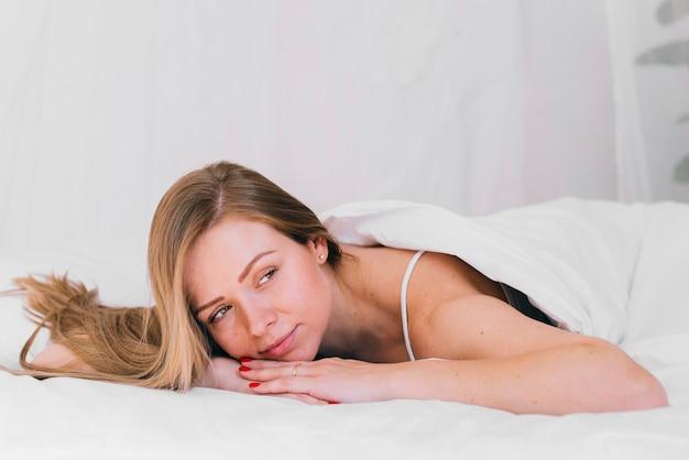 Meisje ontspannen in het bed